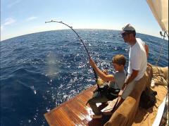 Un grand bravo à Jean Molinier qui a réussi du haut de ses 13 ans et après 1h40 de combat à monter son premier thon, un magnifique poisson de 1m35 pour presque 40kg le tout en 50 lbs.  Félicitations p